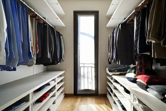 begehbarer kleiderschrank so verwirklichen sie ihren. Black Bedroom Furniture Sets. Home Design Ideas